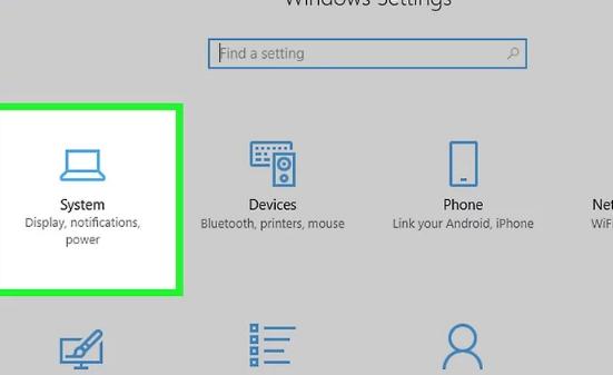 برای انجام مراحل اتصال لپ تاپ به مانیتور روی System کلیک نمایید